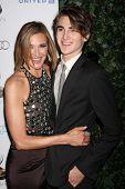 LOS ANGELES - SEP 21: Brenda Strong, Zak Henri arriveert bij de Primetime Emmy Performers kandidaat Re