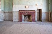formale Zimmer in einem alten verlassenen Haus