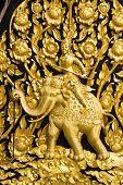 Laithai an der Tür im Tempel geschnitzt