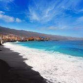 Playa de arena negra de la Candelaria en Tenerife, en Canarias