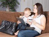 Moeder en peuter winkelen vanuit huis