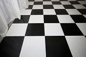 Vista de primer plano del suelo ajedrezado