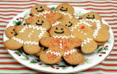 pic of gingerbread man  - One vintage plate of smiling gingerbread men cookies - JPG