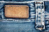 Etiqueta de los pantalones vaqueros de cuero blanco