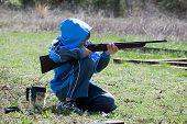 Pistola de tiro de menino