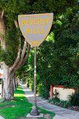 BEVERLY HILLS - 6 de septiembre: La ciudad de Beverly Hills límites muestra a lo largo del Boulevard de Santa Mónica el 6 de septiembre, 2