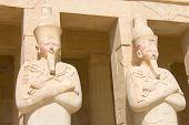 Estátuas de pedra no Templo de Hatsetshup\