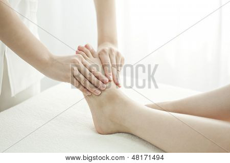 poster of The esthetician who massages a foot