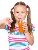 Niña está bebiendo jugo de zanahoria con paja y mostrando el pulgar abajo gesto, aislado en blanco