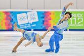 INNSBRUCK, AUSTRIA - 16 de enero Xiaoyu Yu y Jin Yang (China) ganan el evento de patinaje de parejas en
