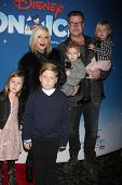 LOS ANGELES - DEC 11:  Tori Spelling, Dean McDermott, Liam, Stella, Hattie, Finn McDermott at the