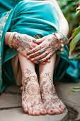 picture of hindu  - Indian hindu bride with mehendi heena on feet - JPG