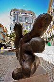 Málaga - 8 de julho: Autor de escultura de Chiromancer José Seguiri com base nos desenhos do Spani