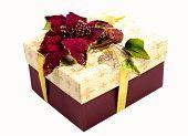 caixa de presente com bela decoração no fundo branco