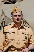 Kiew, Ukraine Mai 9: ein Mitglied eines Clubs Militärgeschichte trägt einen historischen deutschen Fallschirmspringer Tro