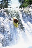 Homem canoagem para baixo rápidas águas