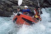Homens transportar abaixo águas rápidas