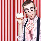 Vendedor de nerd dos anos 60, segurando o cartão de visita
