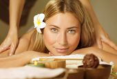 Imagem de mulher bonita, estabelece e relaxado na mesa de massagem, menina bonita loira desfrutando de cuero