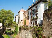 Granada.  Andalucía, España. Carrera del Darro en Granada - una de las calles más antiguas.