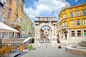 Golden Roman Gate (Sergius Arch) in Pula am Sunhy Tag, Kroatien