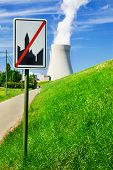 Einde van de bebouwde kom verkeersbord in de voorkant van een kerncentrale