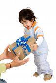 Niño recibe un regalo