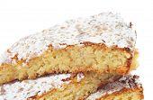 alguns pedaços de torta de Santiago, torta de amêndoa típica da Espanha