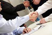 Geschäftsleute Händeschütteln nach erfolgreicher Verhandlungen
