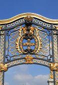 Lateral gate of Buckingham Palace, London (UK)