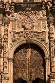 Постер, плакат: Богато украшенные деревянная дверь Валенсия церковь Гуанахуато Мексика