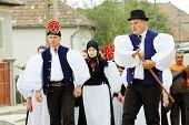 SIC, Rumänien ca. Juni 2004: unbekannt Braut und Bräutigam besuchen ihre traditionellen ungarischen Mi