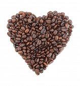 En forma de corazón hecha de granos de café. Aislado sobre fondo blanco