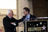 LOS ANGELES - 16 de MAR: Malcolm McDowell, Gary Oldman en el paseo de Malcolm McDowell de Cerem estrellas de fama