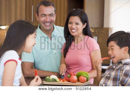 Постер, плакат: Семья вместе готовить блюда еды, холст на подрамнике