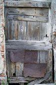 Antiga porta resistida em Cervo, Itália.