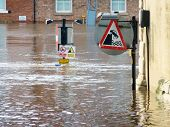 Vista telefoto de sinais submersos em inundado rio Ouse