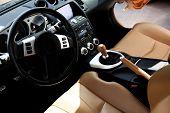 Interior del coche del deporte moderno