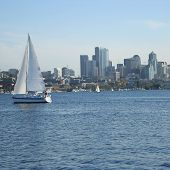 Segelboot am See Union mit Seattle skyline