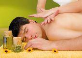 hombre disfrutando de masaje