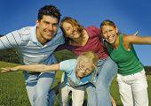 Familie ist an einem sonnigen Tag herumspielen. Schlüsselwort für diese Sammlung ist family7