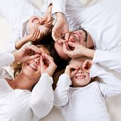 dulce joven familia divirtiéndose en el piso en su casa