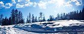 maravilloso paisaje de invierno con el cielo azul