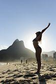 Постер, плакат: Женщина танцы на пляже Рио де Жанейро