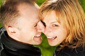 Casal apaixonado ao ar livre. Retrato do close-up.