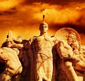 Guerrero con una estatua de espada en el puente Vittorio Emanuel (Roma, Italia)