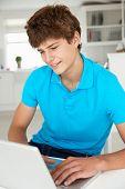 Teenager, die mit laptop