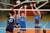 KAPOSVAR, Ungarn - APRIL 24: Zsanett Pinter (2) blockiert den Ball an die ungarische NB I. Liga-Frau