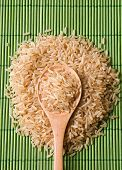 Hügel aus brauner Reis