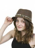 Pre teen jovem vestindo um chapéu marrom